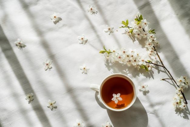 Красочный яркий цветочный узор с чашкой чая. плоская планировка.