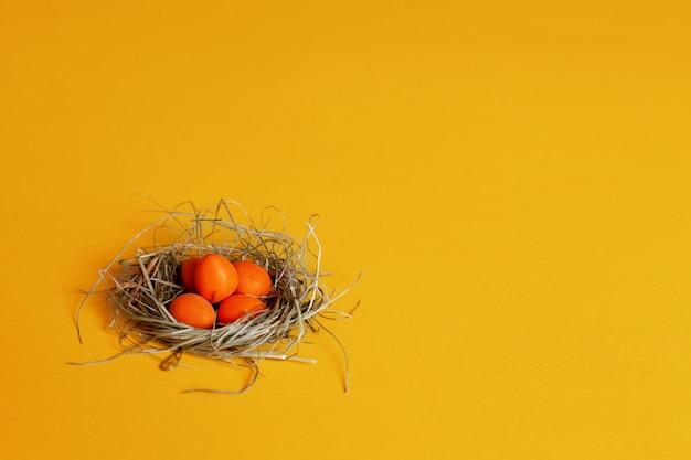 둥지에 화려한 밝은 오렌지 부활절 달걀