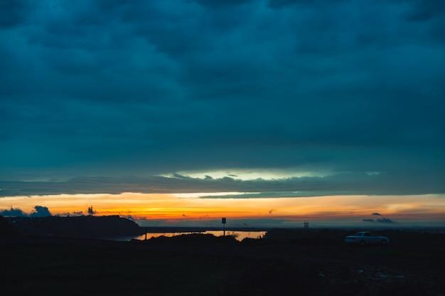 アルタイ地域のカラフルな明るい夕日の風景。夕日は川obに反映されました。
