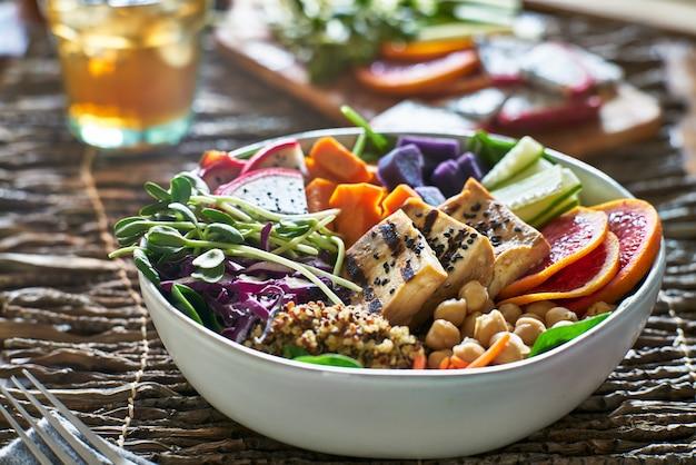 豆腐のグリルとエンドウ豆の芽とカラフルな仏のボウル