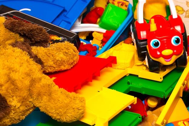 カラフルなビルディングブロックのおもちゃ、おもちゃの犬、おもちゃの機械