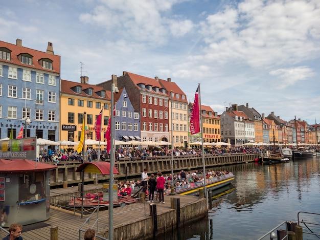 デンマーク、コペンハーゲンのニューハウン運河沿いのカラフルな建物のファサード