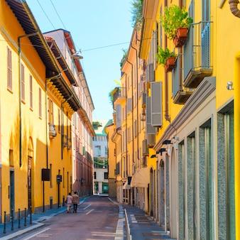 Красочные здания и влюбленная пара на старой европейской улице в городе милан, италия