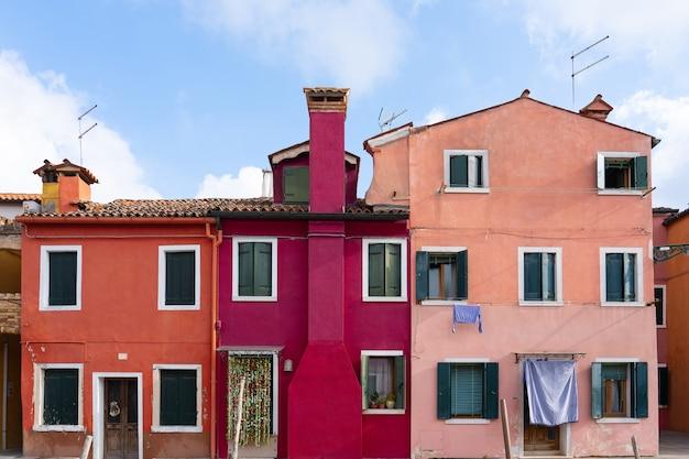 イタリア、ベニスのブラーノ島のカラフルな建物。
