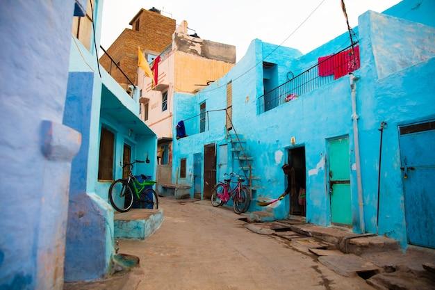青い町のカラフルな建物