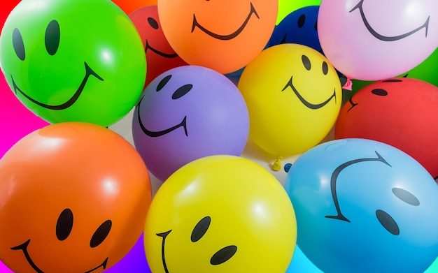 스마일 풍선의 다채로운 무리입니다. 기쁨, 파티 및 좋은 분위기에 대한 개념