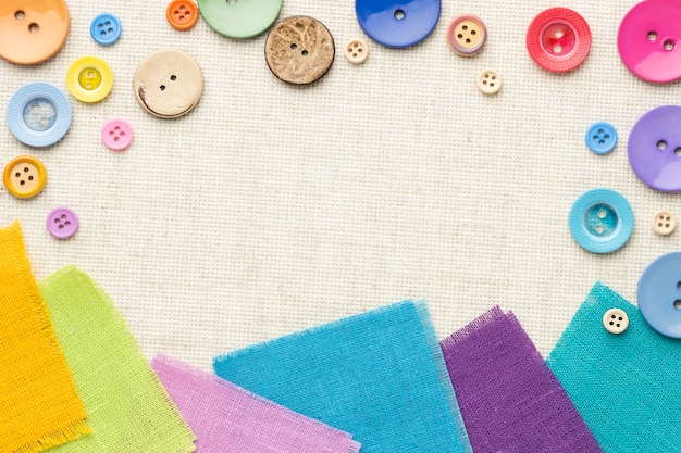Расположение красочных пуговиц и тканей