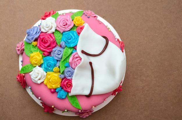 나무 배경에 퐁당으로 장식된 다채로운 케이크