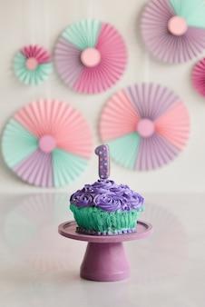 最初の誕生日のカラフルなケーキ