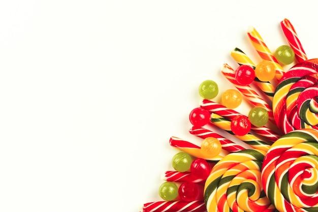 Красочный фон конфеты. леденец на палочке. вид сверху.