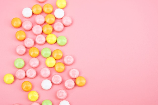 ピンクに分離されたカラフルなキャンディー