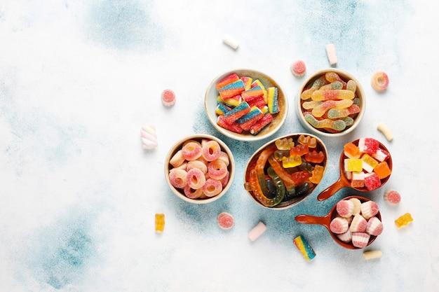 カラフルなお菓子、ゼリー、マーマレード、不健康なお菓子。