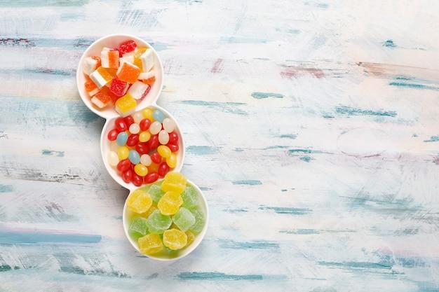 カラフルなお菓子、ゼリー、マーマレード、不健康なお菓子