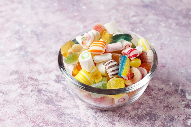 Разноцветные конфеты, желе и мармелад, нездоровые сладости