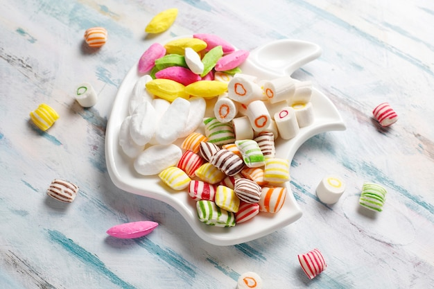 Разноцветные конфеты, желе и мармелад, нездоровые сладости.