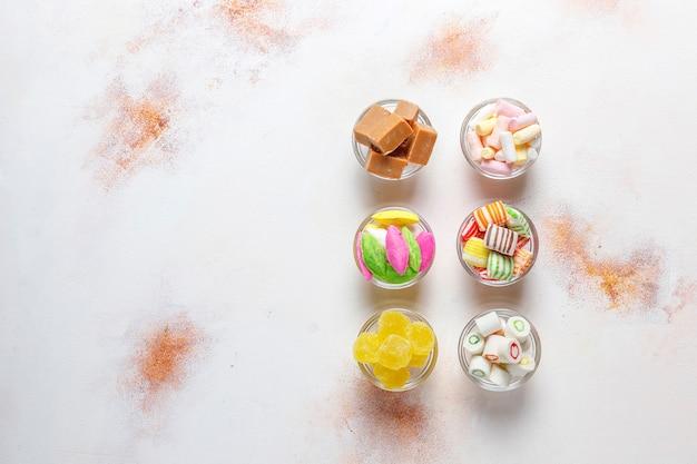 カラフルなキャンディー、ゼリー、マーマレード、不健康なお菓子。