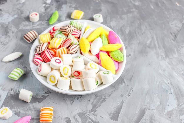 다채로운 사탕, 젤리 및 마멀레이드, 건강에 해로운 과자. 무료 사진