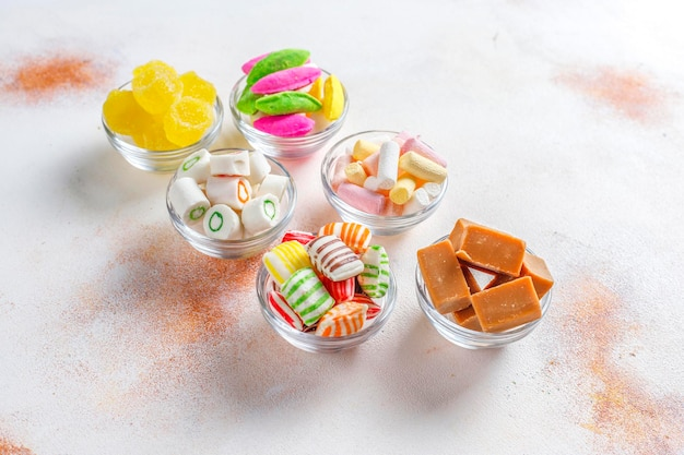 다채로운 사탕, 젤리 및 마멀레이드, 건강에 해로운 과자.