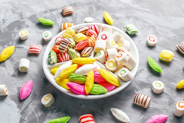 다채로운 사탕, 젤리, 마멀레이드, 건강에 해로운 과자.
