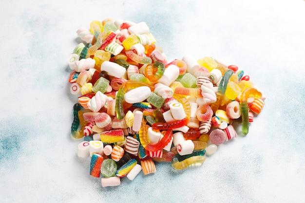 Caramelle colorate, gelatine e marmellate, dolci malsani.