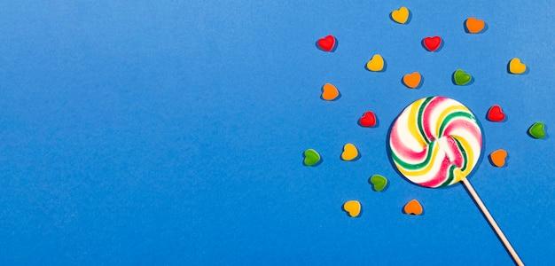 コピースペースと青色の背景にカラフルなキャンディー