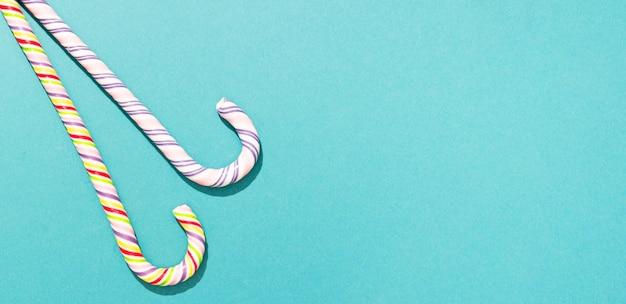 Красочные конфеты на синем фоне с копией пространства