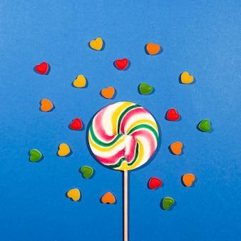 青色の背景にカラフルなキャンディー