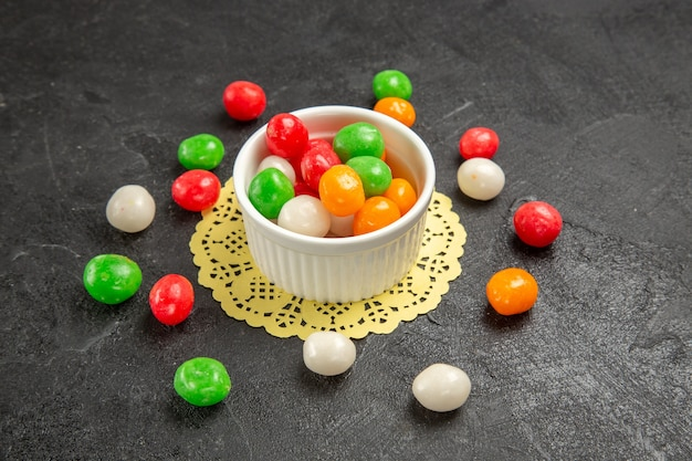 暗闇の中でカラフルなキャンディー