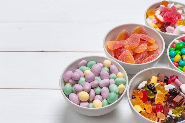 Красочные конфеты на деревянный стол