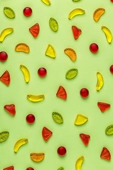 밝은 배경에 화려한 사탕 패턴