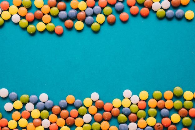 中央の隙間を持つカラフルなキャンディー組成
