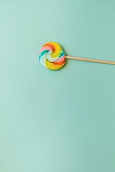 Красочные конфеты на палочке на синем