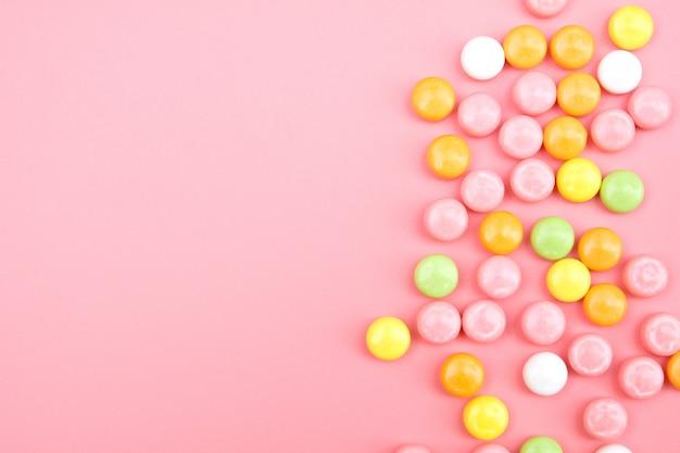 ピンクの背景にカラフルなキャンディ