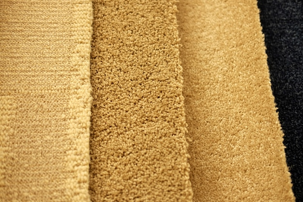 小売用の展示されているカラフルなカーペットのサンプル