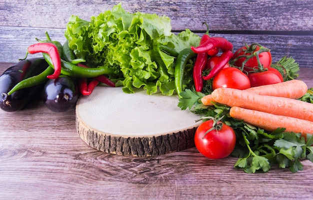 カラフルなニンジントマトナスパセリレタス野菜