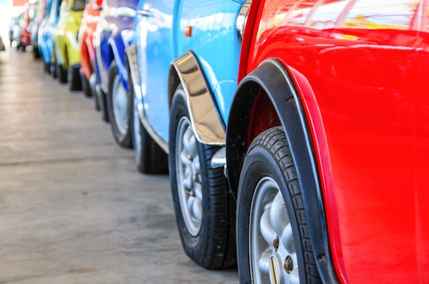주차 차량에 줄을 서 있는 다채로운 자동차, 사이드뷰의 다양한 색상의 자동차