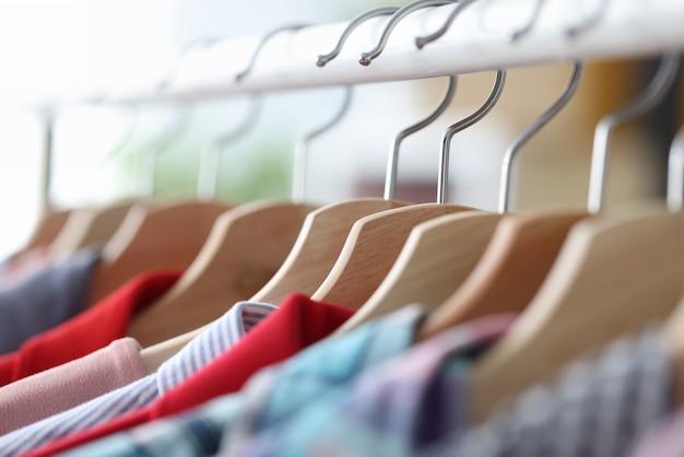 옷걸이 아틀리에와 드라이클리닝 서비스 컨셉에 화려한 캐주얼 의류가 걸려 있습니다.