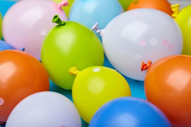 Красочный праздник забавные воздушные шары на синем фоне. партии цветные шары простой вид сверху