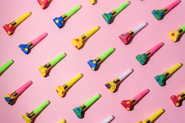 Красочный образец празднования с рожками воздуходувки партии.
