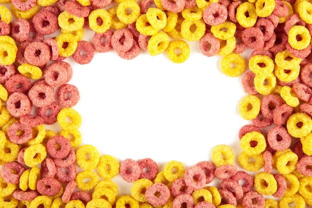 다채로운 시리얼 루프 링, 흰색 배경에 고립 된 아침 식사. 평면도.