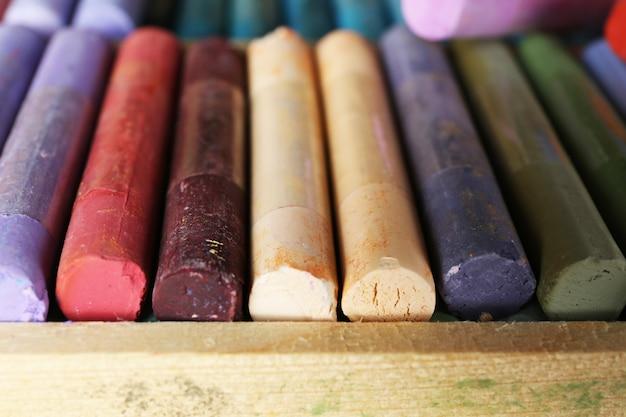 Красочная пастель мелом в коробке крупным планом
