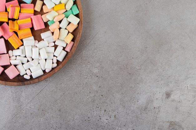 다채로운 껌은 돌 테이블에 배치됩니다.