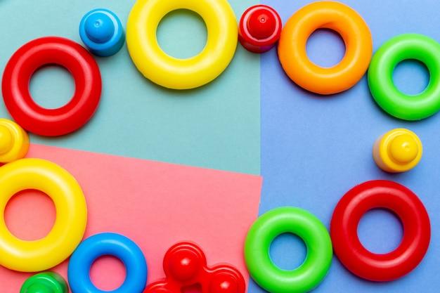 Образование красочного ребенка детские игрушки шаблон фона с копией пространства