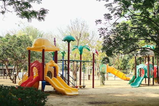 코비드-19 건강 위기, 코로나바이러스 발생, 태국 방콕 동안 공공 공원에 아이들이 없는 다채로운 어린이 놀이터