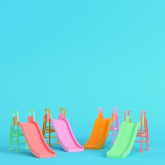 다채로운 아이들은 파스텔 색상의 밝은 파란색 배경에 미끄러집니다. 미니멀리즘 개념입니다. 3d 렌더링