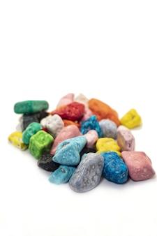 白い背景の上のカラフルなチョコレート菓子石。