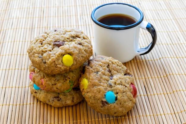 コーヒーとカラフルなチョコレートチップクッキー