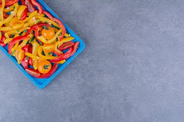 Красочный салат из рубленого перца с помидорами черри