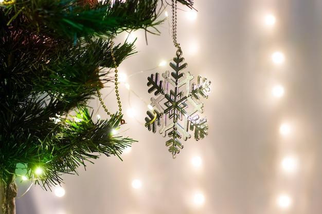 カラフルなクリスマスと新年の背景の壁紙またはテキストのコピースペースとデザインのテンプレート