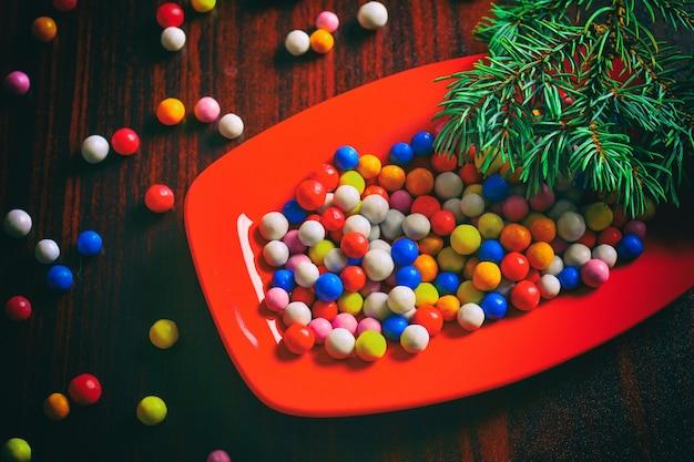 접시에 화려한 크리스마스 사탕